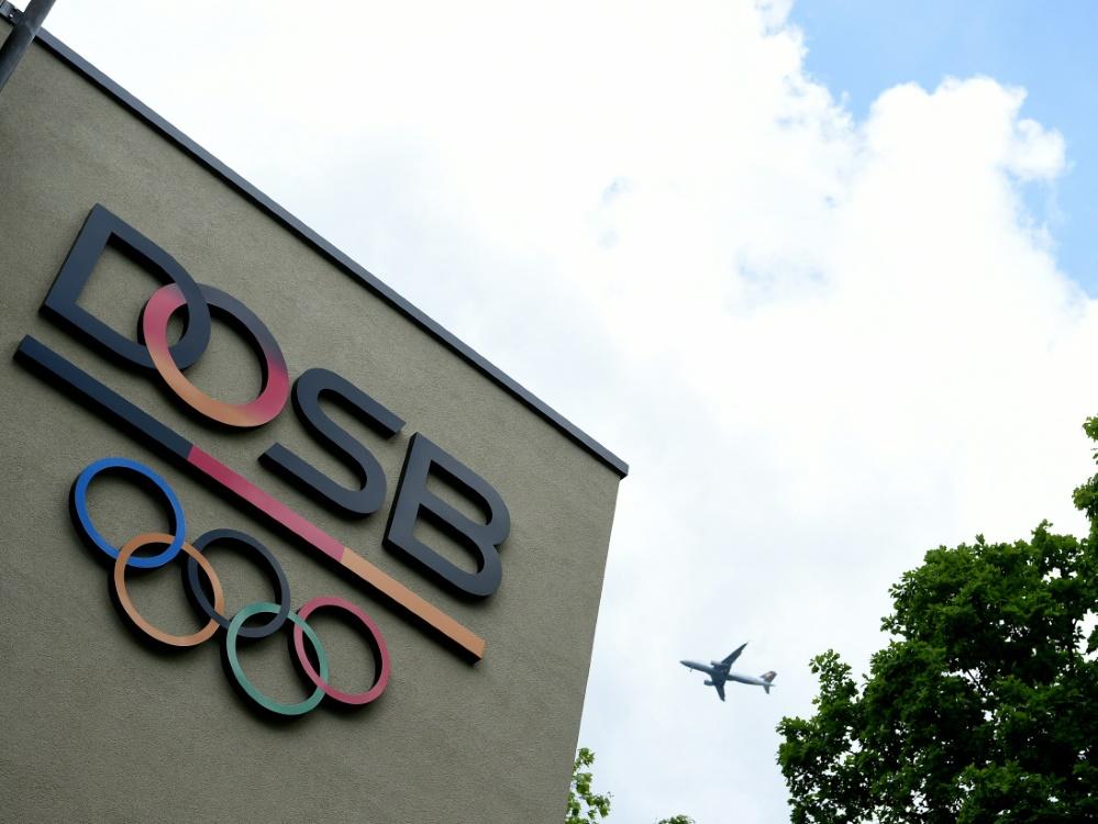 Der Deutsche Olympische Sportbund wird kritisiert (© AFP/SID/PATRIK STOLLARZ)